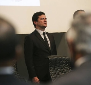 Moro no meio do debate