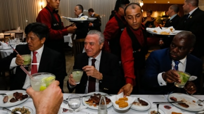 Temer leva embaixadores a churrascaria que serve carne importada