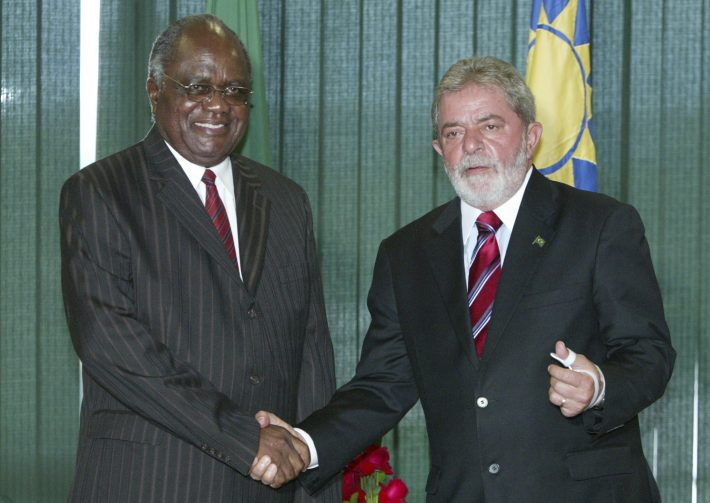 Brazil's President Luiz Inacio Lula da Silva and Namibia's President Hifikepunye Pohamba (L) shake hands during a meeting at Planalto Palace in Brasilia February 11, 2009. REUTERS/Roberto Jayme (BRAZIL)